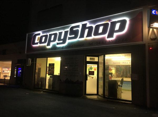 Copy-Shop enseigne en lettres reliefs évclairée